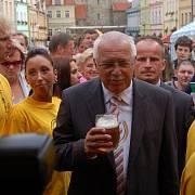 Prezident Václav Klaus přijal půllitr piva k osvěžení při procházce Domažlicemi.