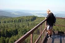 VÝHLED Z ČERCHOVA. Za dobrého počasí jsou vidět Šumava s Javorem, Přimda, Slavkovský les i alpské vrcholy.