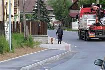 Nový chodník v Chrastavicích.