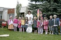 Staňkovští předškoláci na zahradě školky.
