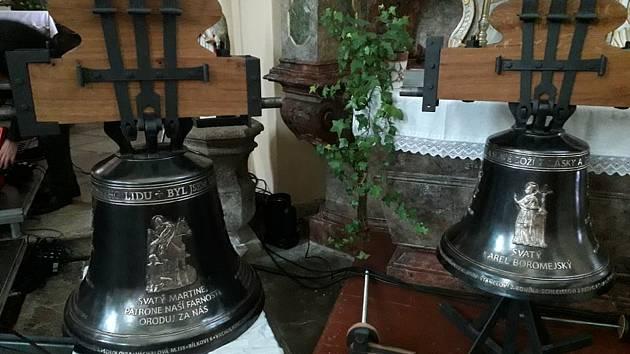 Dva nové zvony Karel a Martin už jsou v kostele svatého Martina v Klenčí pod Čerchovem. Vytvořil je Michal Votruba.