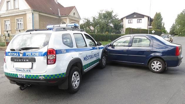 Nehoda nového služebního vozu domažlických strážníků.