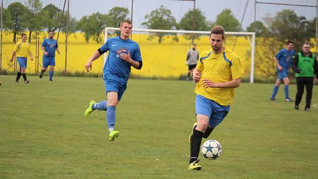 Martin Levý (ve žlutém dresu z utkání proti Zahořanům) vstřelil první gól Sokola Poděvousy v Chodské Lhotě před rozhodujícím hattrickem svého spoluhráče Ondřeje Masničky.