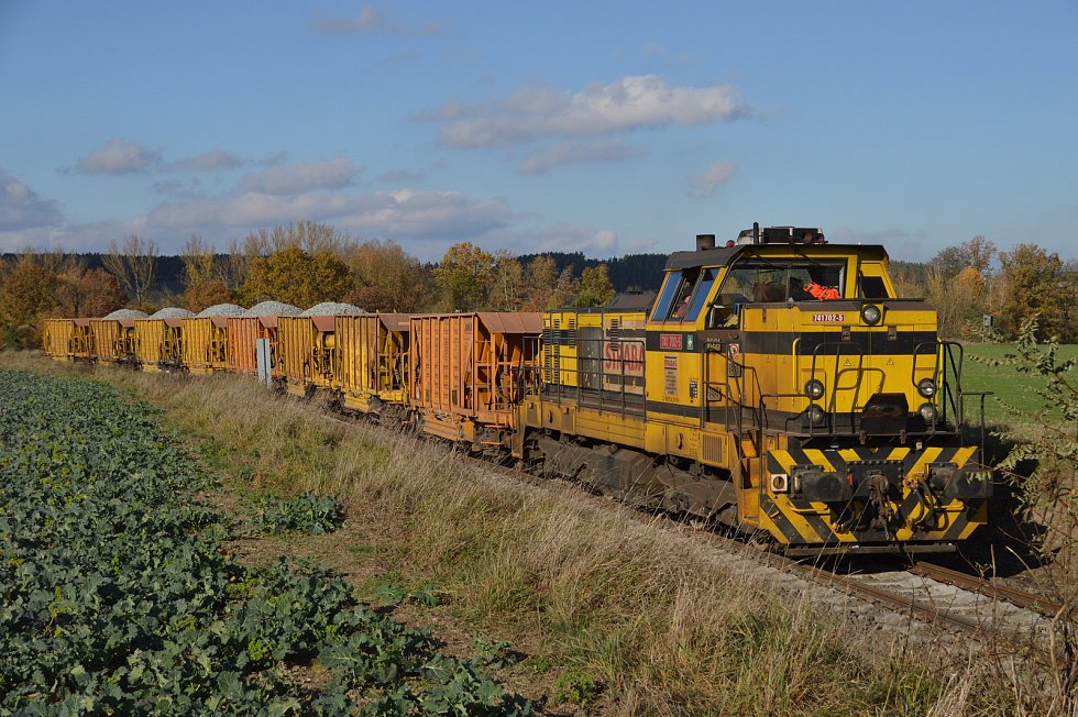 Nákladní vlak přiváží štěrk.