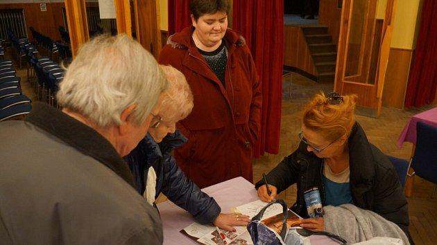 Simona Stašová se podepisovala svým fanouškům.