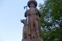 Hrádek s pomníkem Jana Sladkého Koziny má i večer své kouzlo.