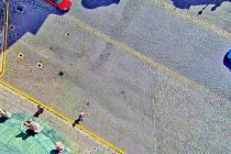 ŽLUTÁ ČÁRA zakazuje parkování před kostelem. (foto z věže)