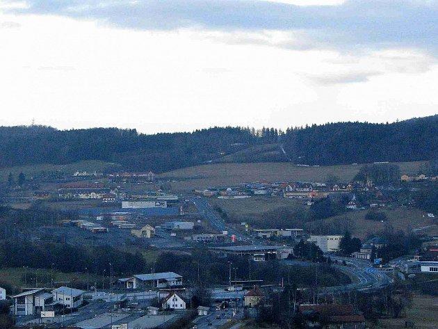 Pohled na Folmavu z německé strany. Zejména Za tmy září do okolí všechna tamní kasina.