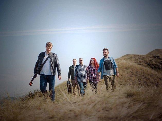 Skupina Emoce natáčela na Rané videoklip. Zleva Petr Pinker, Lumír Kozák, Jaromír Vlach, Aneta Uhlířová a Marek Ander.