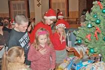 Po náročném, ale vydařeném vystoupení našly děti ze Základní školy ve Všerubech pod stromečkem bohatou nadílku.