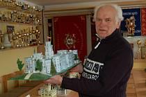 Jaroslav Lehner z Pocinovic už čtyřicet let staví makety historických staveb.