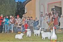 Děti z Pece pod Čerchovem předvedly desítkám diváků živý betlém a všichni si společně zazpívali známé české vánoční koledy.