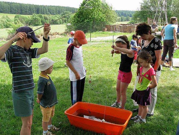 Z odpoledne plného zábavy v Peci. Při lovení musely děti prokázat nejen svoji šikovnost, ale také trpělivost.