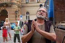 PŘESUN SOCH NA MÍSTO BEDLIVĚ SLEDOVAL ak. malíř a restaurátor památek Jaroslav Šindelář ze Lhoty u Plzně.Se sepjatýma rukama pozoroval, jak jeřáb usazuje svaté na místo.