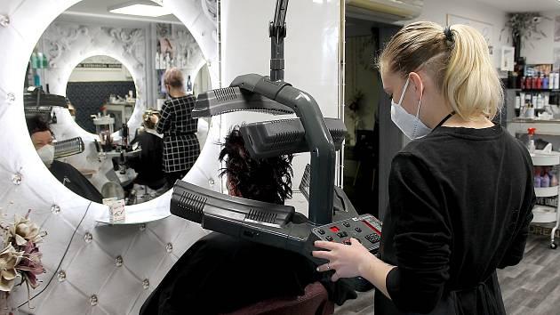 Natěšeným zákazníkům, kteří si po otevření kadeřnictví přišli nechat zkrátit vlasy, se mnohdy protočily panenky. Kadeřníci kvůli covidu podražili.