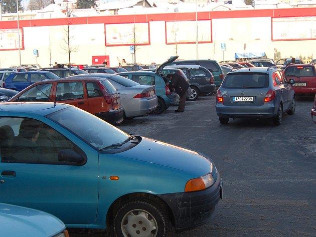 Parkoviště před domažlickým Kauflandem už dlouhodobě nestačí zájmu nakupujících.