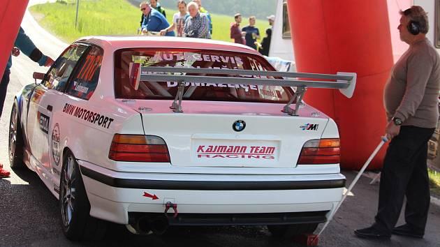 Tomáš a Karel Lehmannové z Domažlic se svým speciálem BMW tradičně nemohou chybět na jakémkoliv závodě do vrchu na trati do Korábu, a tak se stejně jako před třemi týdny při Edda cupu postaví i na start víkendového Krušnohorského poháru.