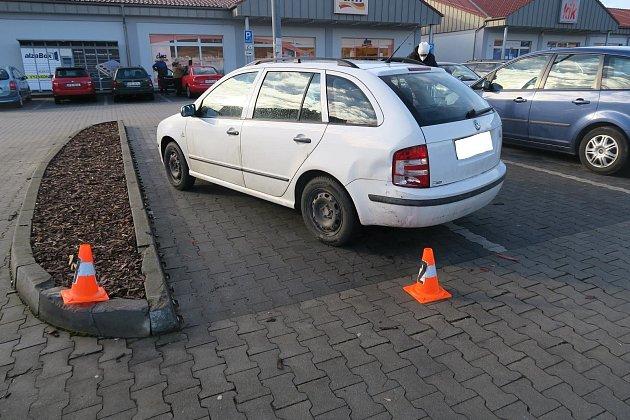 Sedmačtyřicetiletá řidička osobního automobilu Peugeot 207bourala na parkovišti vDomažlicích.