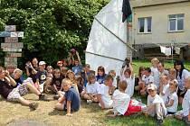Děti, které  tráví prázdniny na rehabilitačním táboře v Orlovicích, se rozhodně nenudí. Aby se z nich stali lodní mistři, musejí splnit spoustu náročných zkoušek.