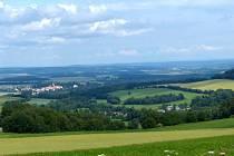 Mnichov (vpravo dole) leží v dolíku pod Pivoní, nedaleko Poběžovic (v pozadí vlevo).