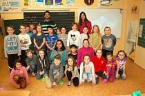 Studenti z ciziny s žáky třetí třídy.