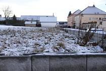 Prostranství před základní školou čeká na nové hřiště.