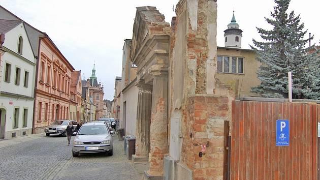 SPADNE, NESPADNE? Historická branka ve Školní ulici patří k areálu Sokolského domu. Doporučení je jasné – raději přejděte na druhou stranu.