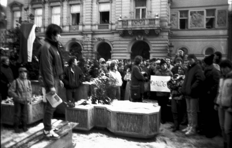 Demonstrace na domažlickém náměstí v listopadových v týdnu od 22. listopadu 1989. Na snímku David Bauer.