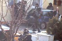 Pondělní policejní zátah na drogový gang. Zásahová jednotka překvapuje členy drogového gangu v autě před domem. Pachatelé nejsou ozbrojeni a nemají čas klást odpor.
