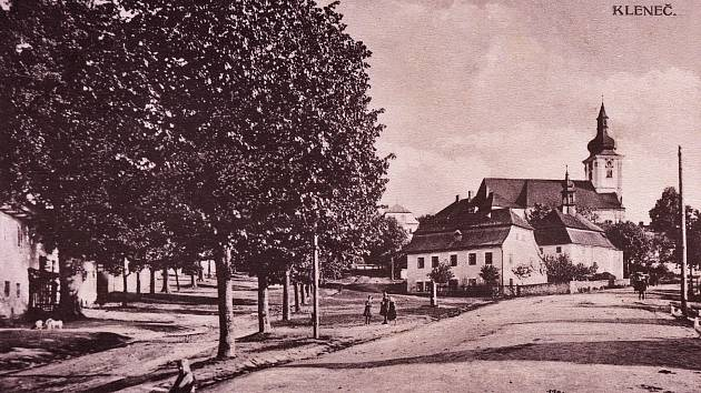 Historický snímek klenečské návsi.