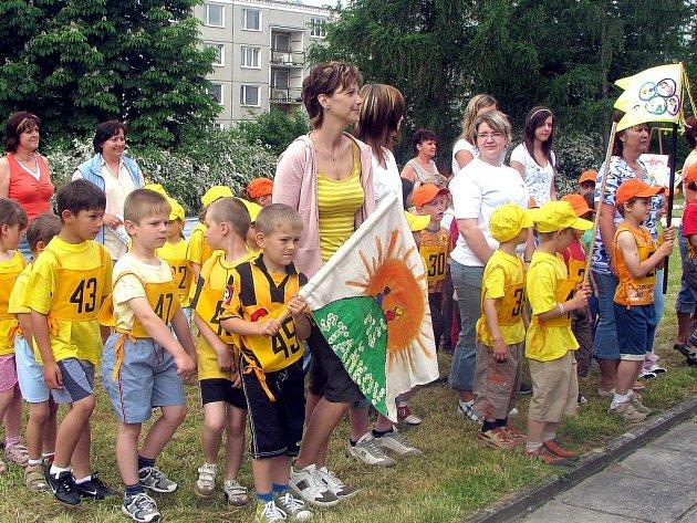 Slavnostním pochodem zahájily děti olympijské hry, které se konaly v Mateřské škole v Horšovském Týně.