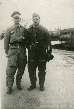 Wolfram Dames vletecké kombinéze společně se svým otcem, zpravodajským důstojníkem Luftwaffe na základně Bautzen-Litten.  Otec Theo Dames, učitel a historik umění, přežil svého syna odalších 35let. Fotografie zalbumu jeho mladšího bratra Hartmuta.