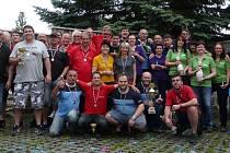 Společný snímek účastníků Kdyňské bowlingové ligy při vyhlášení výsledků 9. ročníku soutěže.