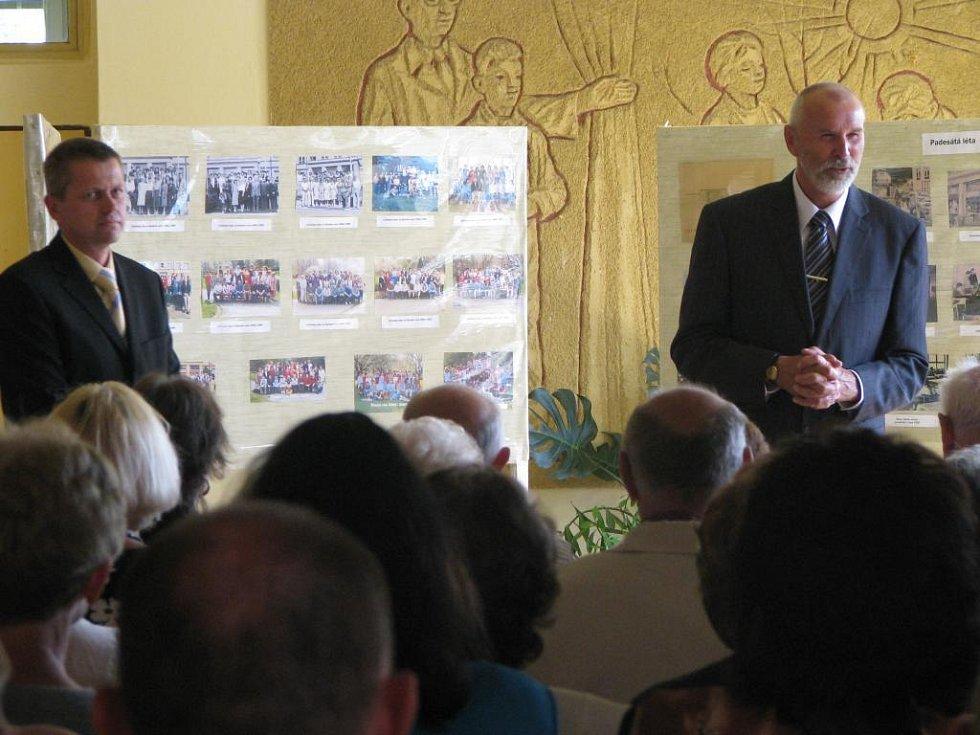 Hosty přivítali ředitel školy Pavel Janský (vlevo) a zástupce Luděk Thomayer.