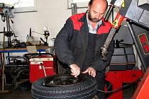 Z pneuservisu. Ilustrační foto.