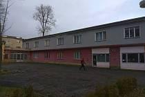Bývalá ubytovna na domažlické Střelnici bude přestavěna na sportovní centrum.