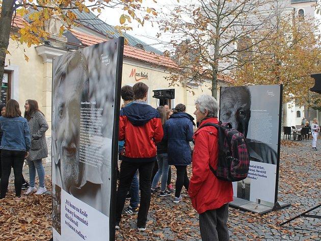 Výstava obsahuje osm příběhů. Přečíst si je lze do 4. listopadu.