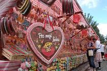 BOHATÝ VÝBĚR.  Po oba víkendové dny si zákazníci při Chodských slavnostech vybírali z nabídky více než čtyř stovek stánků.