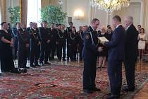 15e5d26a5c4 Hasiči z Domažlicka a Klatovska převzali od prezidenta Zlatý záchranářský  kříž