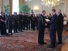 ZÁCHRANÁŘSKÝ TÝM složený z příslušníků HZS Domažlice, HZS Klatovy a SDH Kdyně a Chodov při ceremoniálu na Pražském hradě.