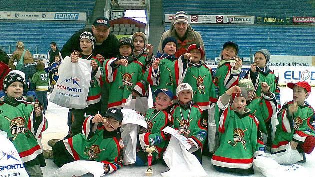 OBROVSKOU RADOST měli nejmenší hokejisté HC Domažlice i jejich trenéři z poháru, medailí i diplomů za třetí místo na turnaji, který v neděli 13. března na extraligovém ledě pořádal HC Plzeň 1929.