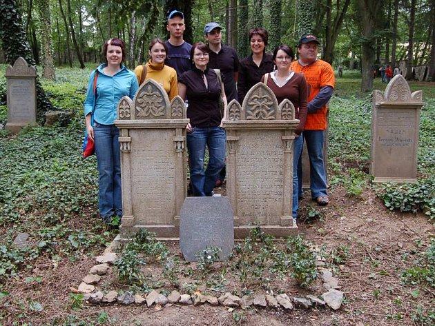 Skupina členů Občanského sdružení Abraham na vlastními silami opraveném hřbitově