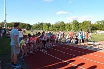 Start vytrvalostního běhu dívek při atletickém víceboji přípravek.