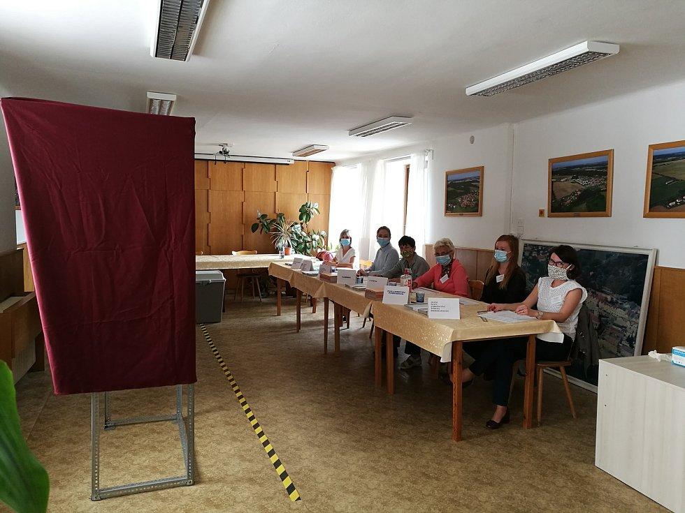 Komise a volební místnost v Horšovském Týně. Foto: Lenka Váchalová