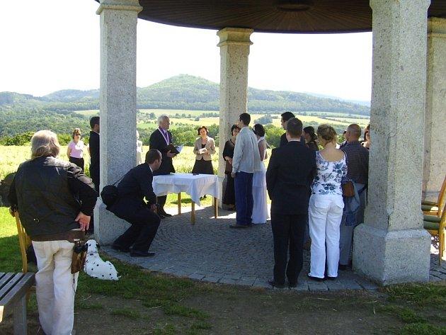Snoubencům z Plzně se splnilo přání a své ano si mohli říct pod koutským Glorietem. Jejich svatba byla první, která se zde konala.