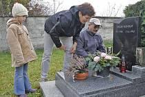 Marie Dušků s manželem Zdeňkem a vnučkou Šárkou položili květiny a zapálili svíčky na hrobech svých příbuzných na poběžovickém hřbitově.