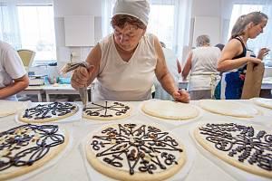 V Bořících u Domažlic se od čtvrtka pečou koláče na chodské slavnosti. Rodinná pekárna a cukrárna Marie Vondrovicové povolala na pomoc desítky žen z okolí. Letos pekárna vyrobí na 7000 koláčů.