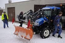 Cesty v Koutě na Šumavě se vydal zprůjezdnit malotraktor s radlicí a sypačem.