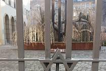 Ilustrační foto - Židovský památník obětem holocaustu v Budapešti na dvoře největší synagogy v Evropě.