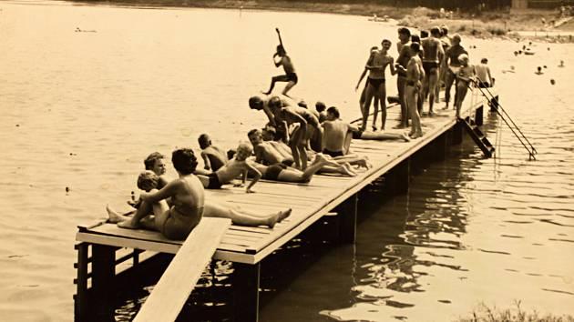 Děti na koupališti v roce 1965.